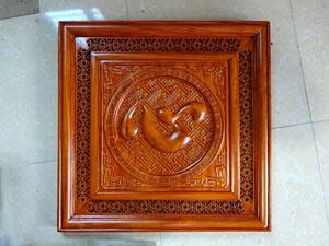 Tranh chữ Tâm tiếng Hán gỗ hương nền gấm 61cm - TGPX2227