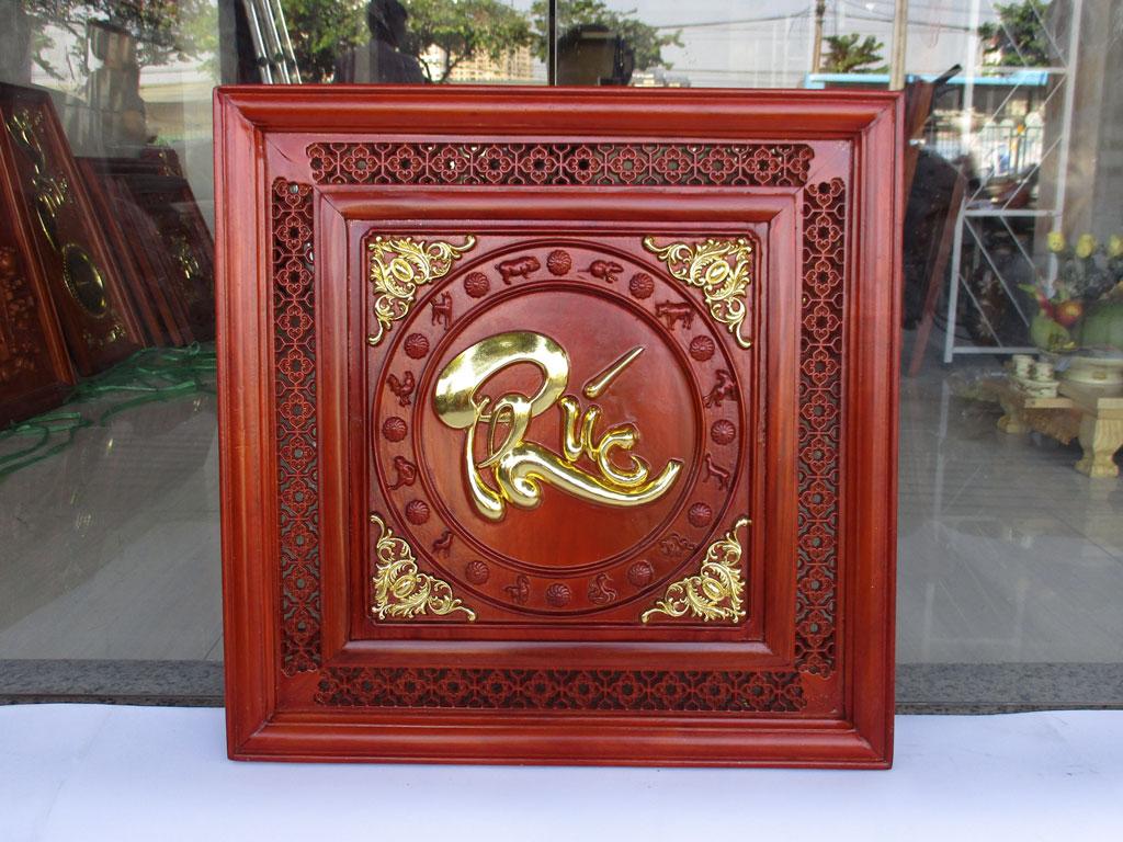 Tranh gỗ chữ Phúc việt viền mành chạm 12 con giáp dát vàng 61cm x 61cm - TGPX2266
